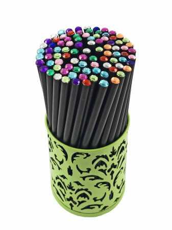 Pieštukas su spalvotu akmenėliu viršūnėje